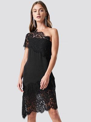NA-KD Party One Shoulder Lace Asymmetric Dress - Festklänningar