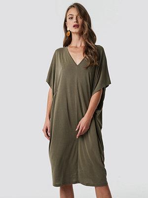 NA-KD Trend Gathering Detail Oversize Dress - Midiklänningar