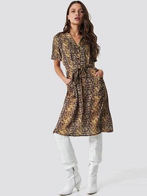 NA-KD Trend Snake Print Belt Satin Dress - Midiklänningar