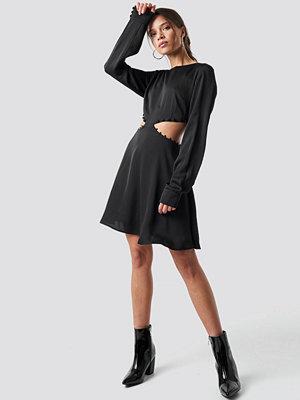 Iva Nikolina x NA-KD Flirty Short Buttoned Dress svart