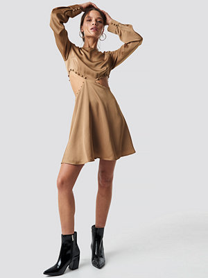 Iva Nikolina x NA-KD Flirty Short Buttoned Dress beige