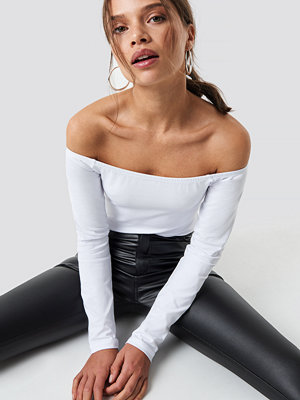 Iva Nikolina x NA-KD Basic Off Shoulder Top vit