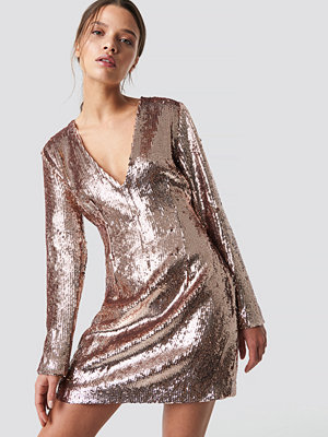 Iva Nikolina x NA-KD Sequin V-Neck Dress rosa
