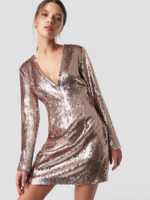 Festklänningar - Iva Nikolina x NA-KD Sequin V-Neck Dress rosa