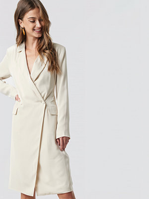 NA-KD Classic Wrap Over Midi Blazer Dress vit