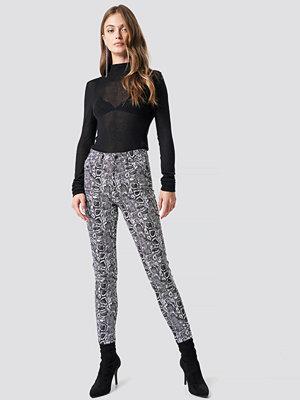 NA-KD Trend mönstrade byxor Snake Printed Skinny Jeans multicolor