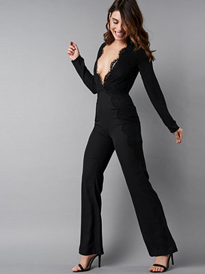 NA-KD Party Deep V-Neck Lace Detail Jumpsuit svart