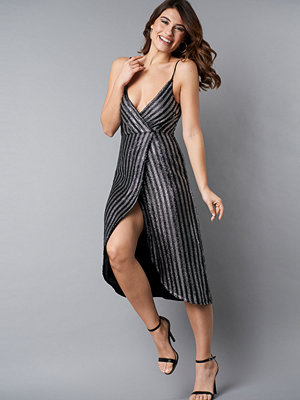 NA-KD Party Wrap Over Striped Sequins Dress svart silver