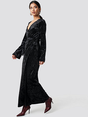 NA-KD Party Velvet Tie Waist Overlap Dress svart
