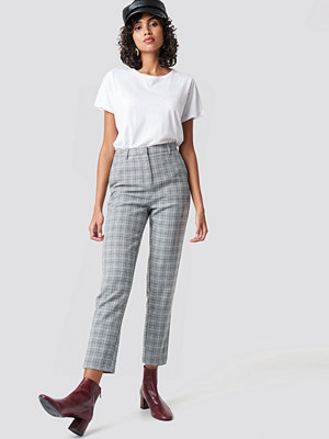 NA-KD Classic ljusgrå rutiga byxor Straight Leg Suit Pants grå