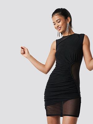 Hannalicious x NA-KD Asymmetric Detail Mesh Dress svart