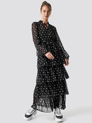 Camille Botten x NA-KD Dotted Frilled Maxi Dress svart