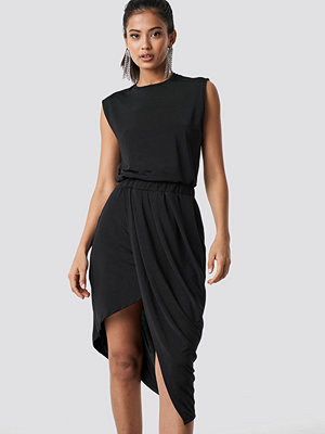 Hannalicious x NA-KD Draped Asymmetric Dress svart