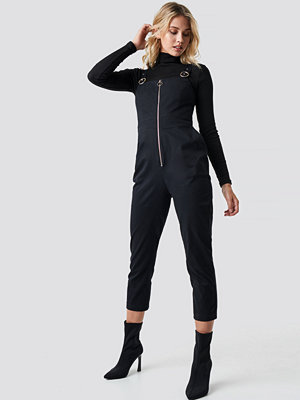 Jumpsuits & playsuits - Anna Nooshin x NA-KD Front Zip Detailed Jumpsuit svart