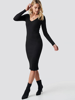 Anna Nooshin x NA-KD V-neck Ribbed Midi Dress svart
