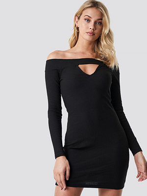Anna Nooshin x NA-KD Off Shoulder Cut Out Ribbed Dress svart
