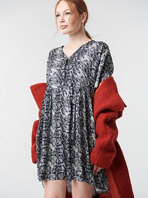 NA-KD Trend Snake Printed V-neck Dress - Korta klänningar
