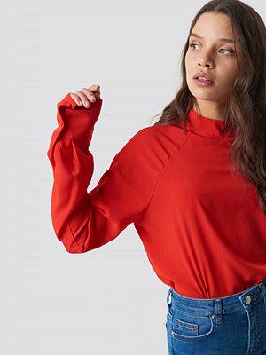 NA-KD High Neck Raglan Sleeve Blouse röd