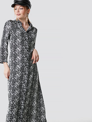 NA-KD Trend Snake Printed Ankle Shirt Dress - Maxiklänningar