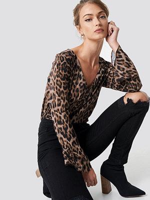 Camille Botten x NA-KD Deep V neck leopard blouse - Blusar