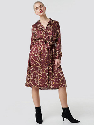 NA-KD Chain Print Satin Midi Dress röd