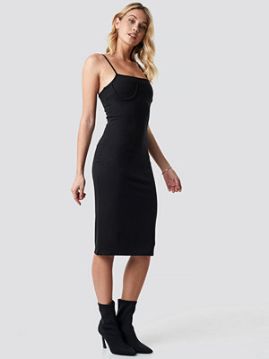Anna Nooshin x NA-KD Midi Cup Shape Dress svart