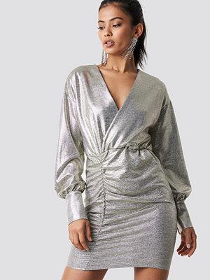 Hannalicious x NA-KD Draped Short Metallic Dress silver