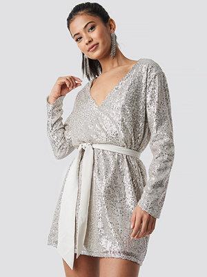 Hannalicious x NA-KD Oversized Tied Waist Sequin Dress - Festklänningar