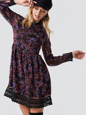 NA-KD Boho Lace Detail High Neck Dress - Miniklänningar