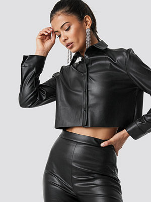 Hannalicious x NA-KD Cropped Faux Leather Shirt