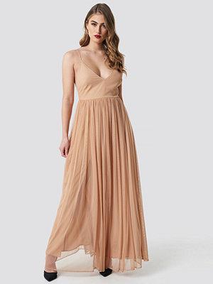 Pamela x NA-KD Front Slit Flowy Dress nude