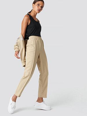 NA-KD omönstrade byxor Elastic Waist Seamline Pants beige