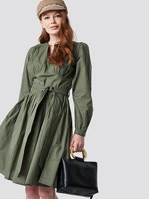 NA-KD Trend Cup Detail Tie Waist Dress - Midiklänningar