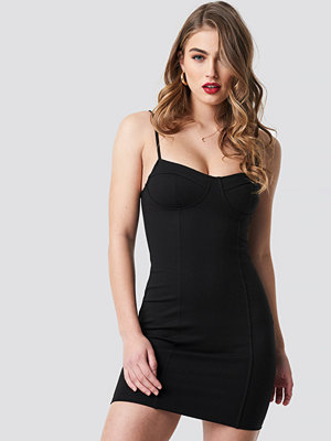 Pamela x NA-KD Tight Short Cup Dress svart