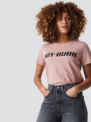 NA-KD Boy Burn Tee rosa