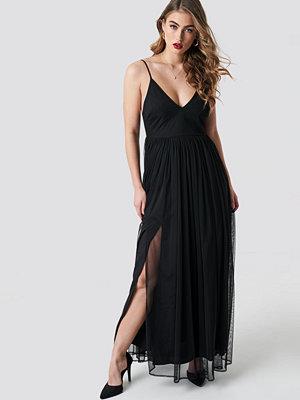 Pamela x NA-KD Front Slit Flowy Dress svart