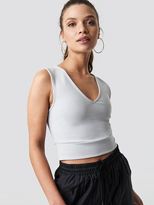 Ivana Santacruz x NA-KD V-Neck Cropped Top grå