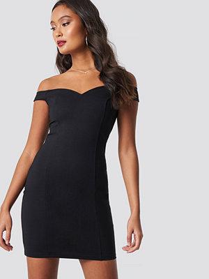 Dilara x NA-KD Slip Shoulder Bodycon Dress svart