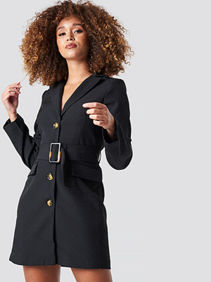 Statement by NA-KD Influencers Wide Belted Blazer Dress svart