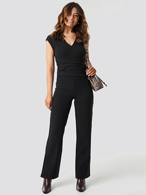 NA-KD Party Draped Waist V-Neck Jumpsuit svart