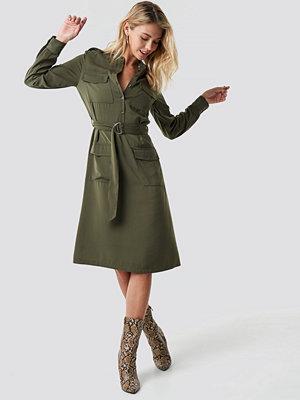 NA-KD Trend Pocket Detail Belted Shirt Dress grön