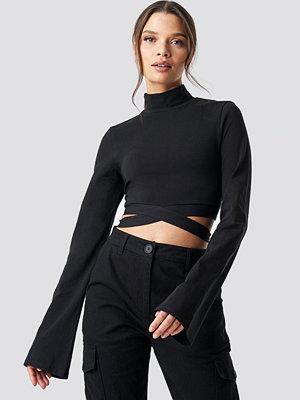 Ivana Santacruz x NA-KD Waist Strap Long Sleeve Crop svart