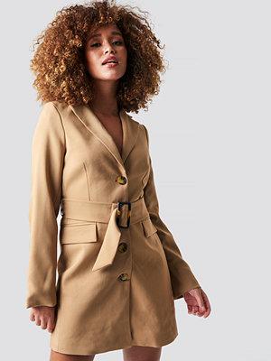 Statement by NA-KD Influencers Wide Belted Blazer Dress beige