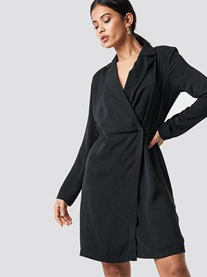 NA-KD Party Collared Wrap Over Midi Dress svart