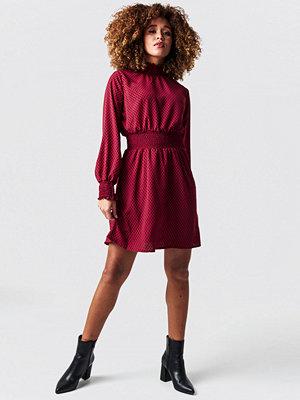 Trendyol Dotted Midi Waist Detail Dress röd