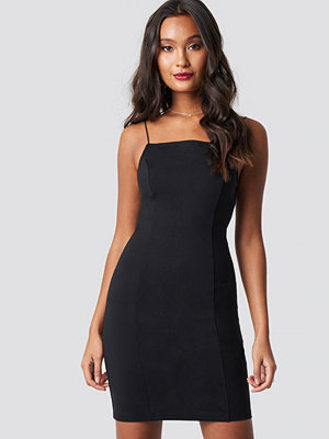 Dilara x NA-KD Thin Strap Bodycon Dress svart