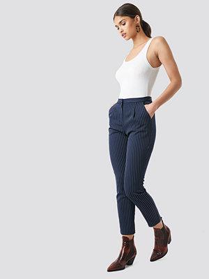 NA-KD Classic marinblå randiga byxor Pinstriped Suit Pants blå