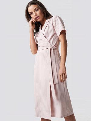 Emilie Briting x NA-KD Pinstriped Wrapped Dress - Midiklänningar