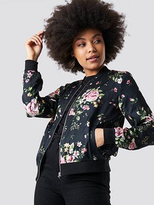 NA-KD Dark Floral Bomber Jacket svart multicolor