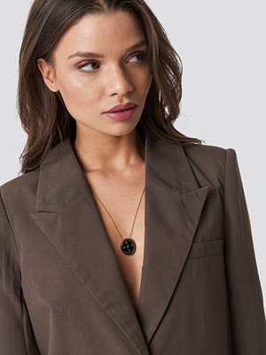 Emilie Briting x NA-KD smycke Compass Pendant Necklace guld